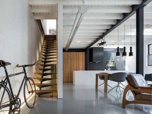 Atelier moderno trasforma un 39 ex officina in casa museo for Arredamento vintage moderno