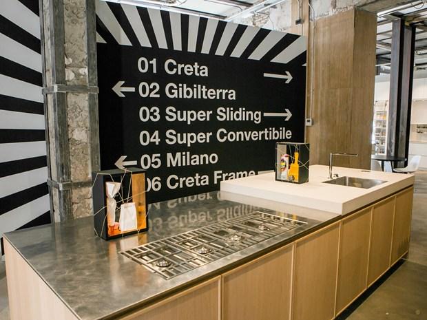 Un ambiente optical in bianco e nero accoglie le cucine Del Tongo