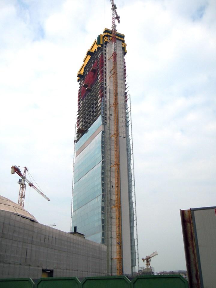 Laterlite per la torre isozaki a milano for Appartamento grattacielo new york