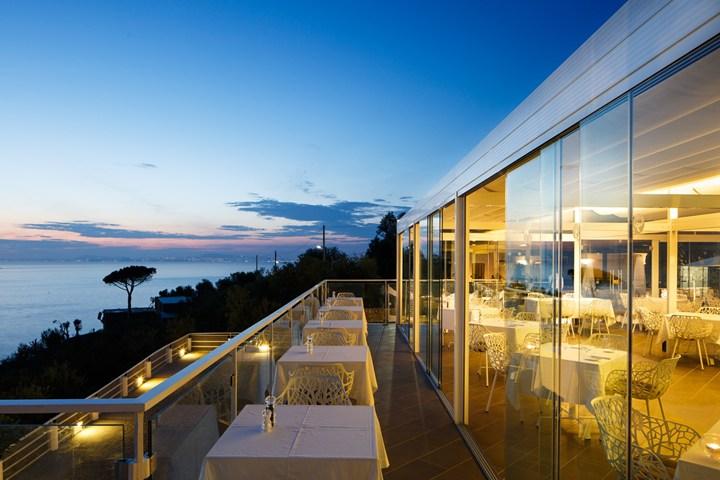 suggestiva terrazza sul mare con vista su Capri