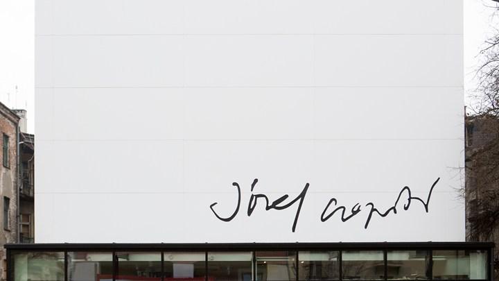 'Una tela bianca sulla quale l'artista esprime la sua creatività'