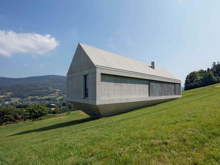 Una casa in cemento che fluttua sulla montagna - Come riscaldare una casa in montagna ...