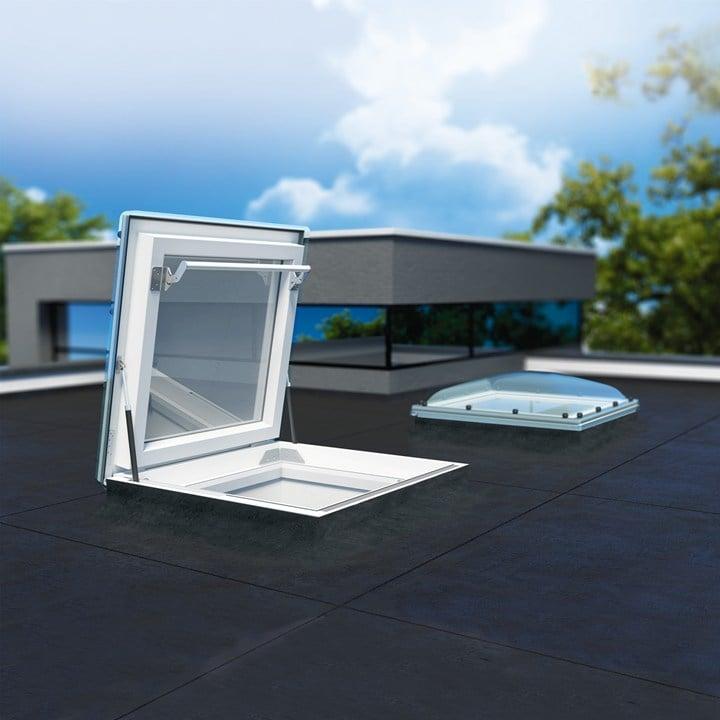 Finestra per tetti piatti fakro modello dr per l 39 accesso for Porte per mansarda