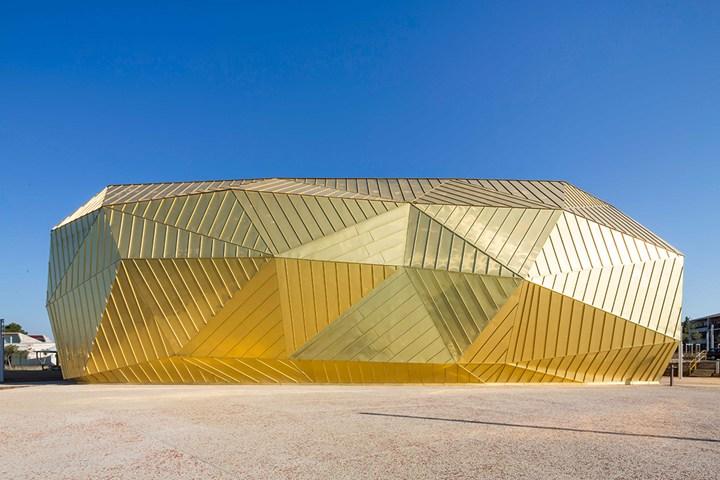 Un involucro scultoreo dai riflessi dorati