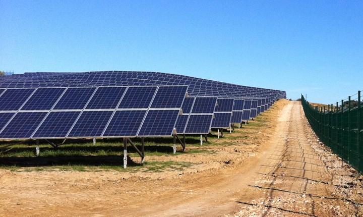 Cessione terreni per impianti fotovoltaici, tasse diverse per aree edificabili e agricole