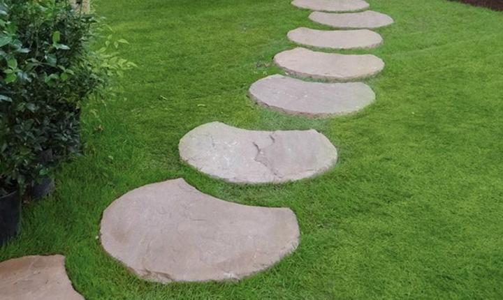 Simple tra i in pietra naturale c multicolor di granulati for Giardini arredati