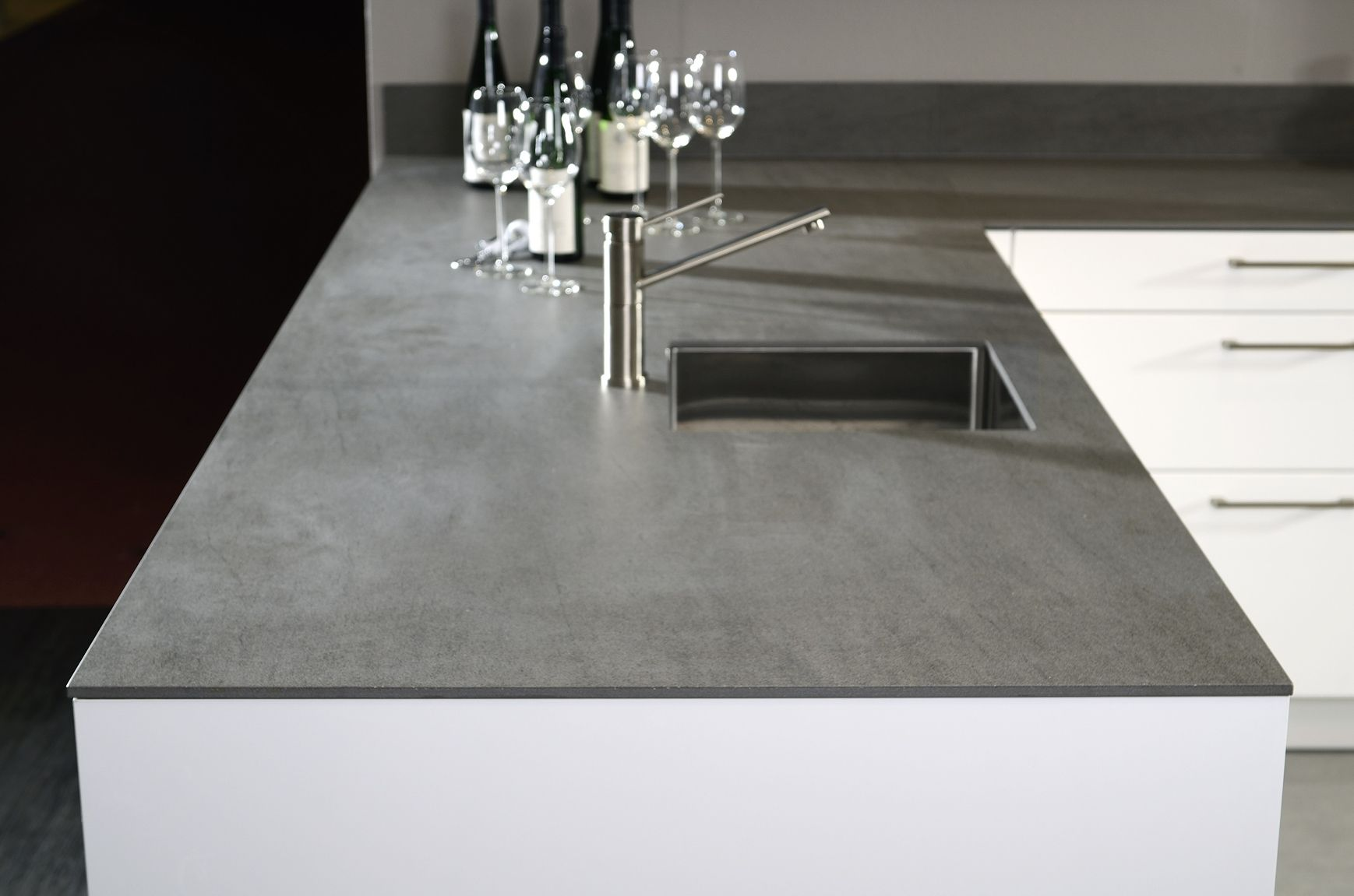 At imm cologne kemie introduces first solid ceramic worktop - Donkergrijs werkblad ...