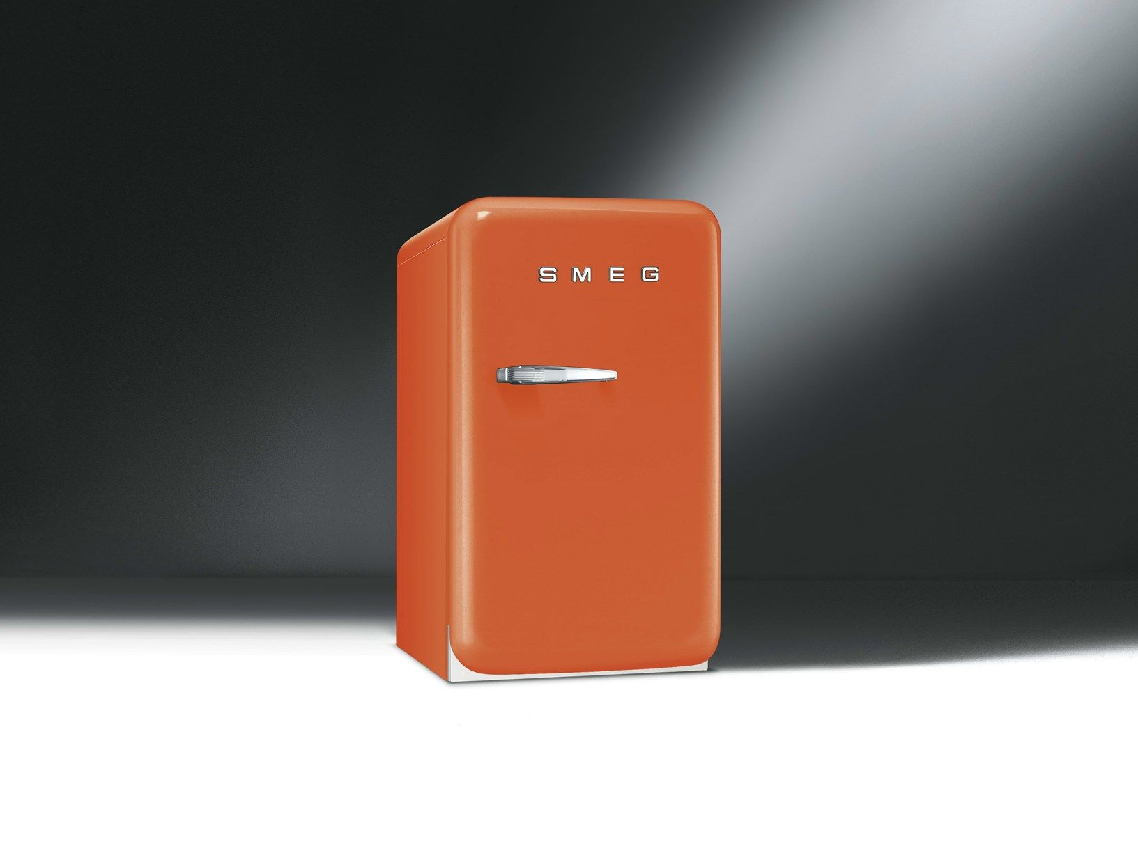 smeg presents new fab5 mini fridge. Black Bedroom Furniture Sets. Home Design Ideas