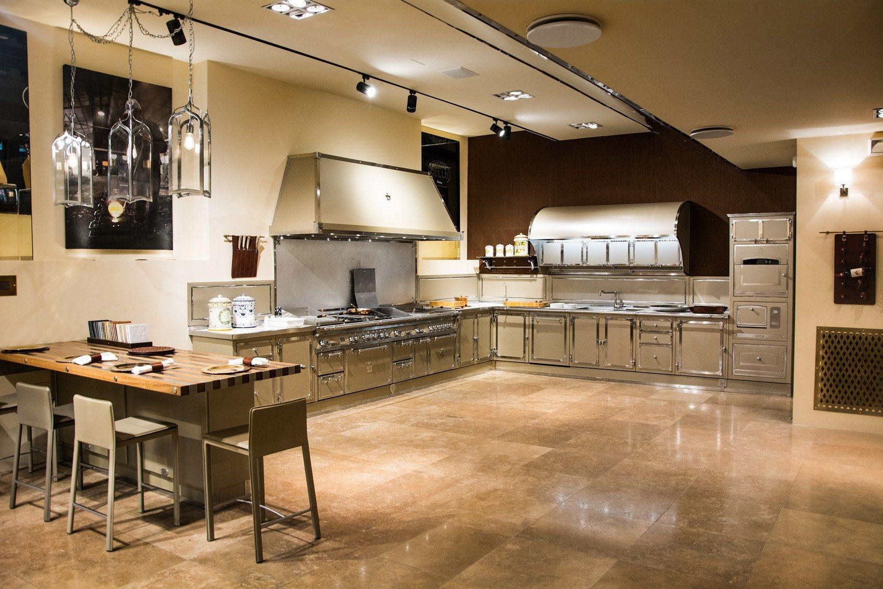 Nuova veste per lo showroom milanese di officine gullo - Ar tre cucine opinioni ...