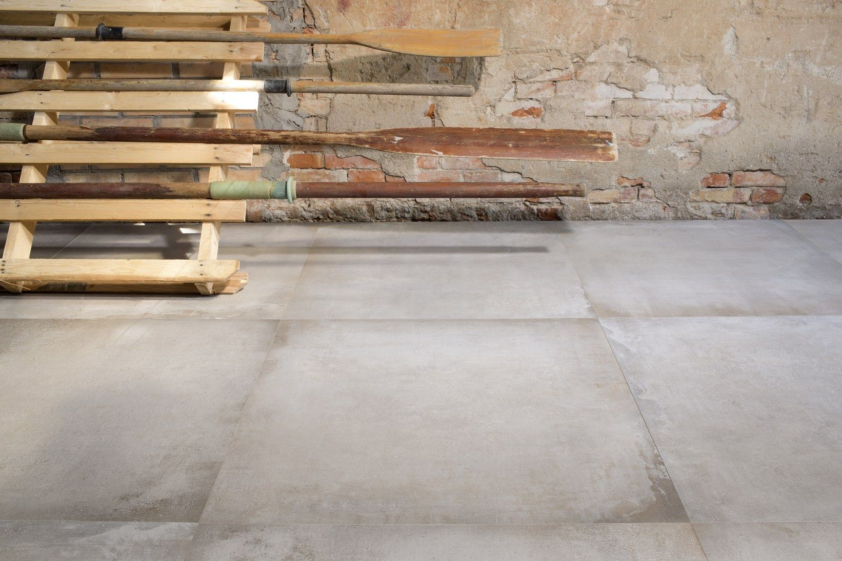 New aesthetic identity for wood travertine and concrete for Carrelage 120x120