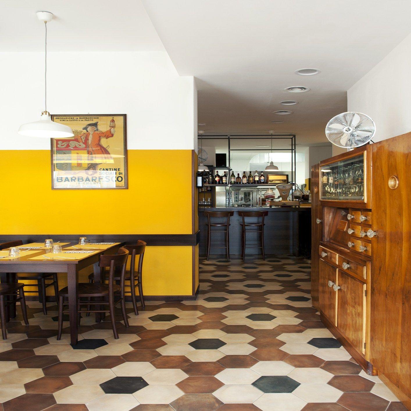 Illuminazione Emergenza Ristorante: Tavolo ristorante in legno by ...