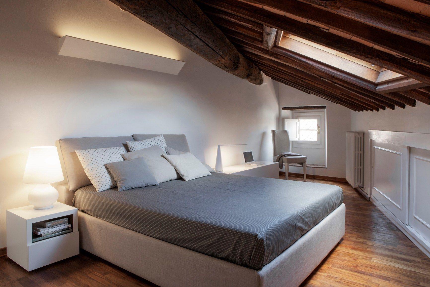 La camera da letto in mansarda for Mansarda in legno bianco