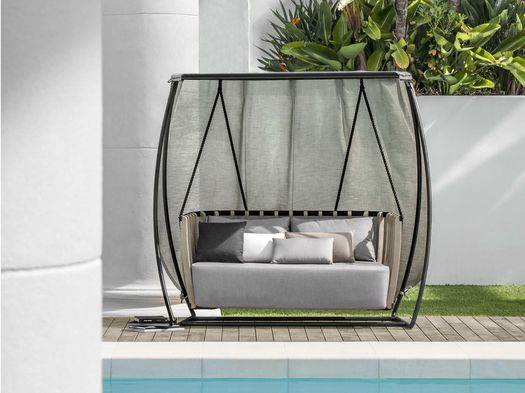 Swing: a cosy basket filled with comfortable cushions
