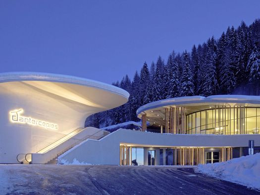 Un landmark trasparente fra le nevi alpine