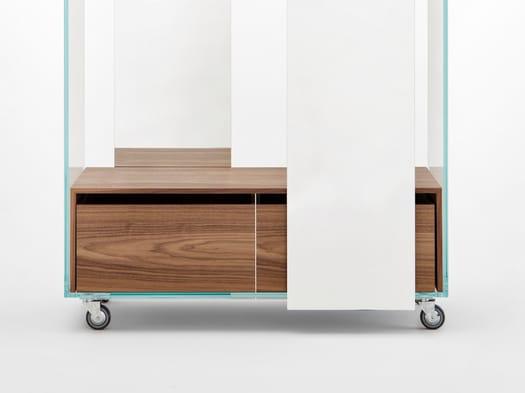 Un mobile contenitore + uno specchio circolare
