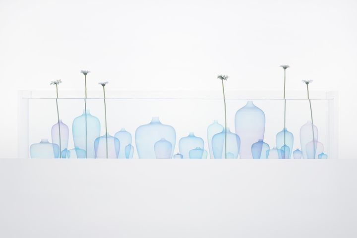 Vases that float like jellyfish in the water