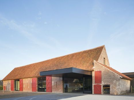 A former barn of the seventeenth century + a simple contemporary volume