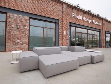Living Divani per Pirelli HangarBicocca - image q_51655_15 on http://www.designedoo.it