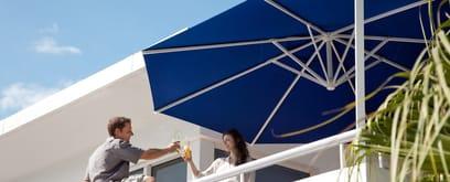 Amalfi, the cantilever umbrella by CARAVITA