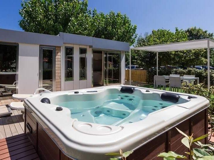 Minipiscina con idromassaggio per cromoterapia a 3 posti for Luxury hot tub