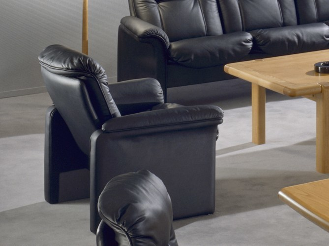 Leather armchair with armrests COMMODORE | Armchair by Dyrlund