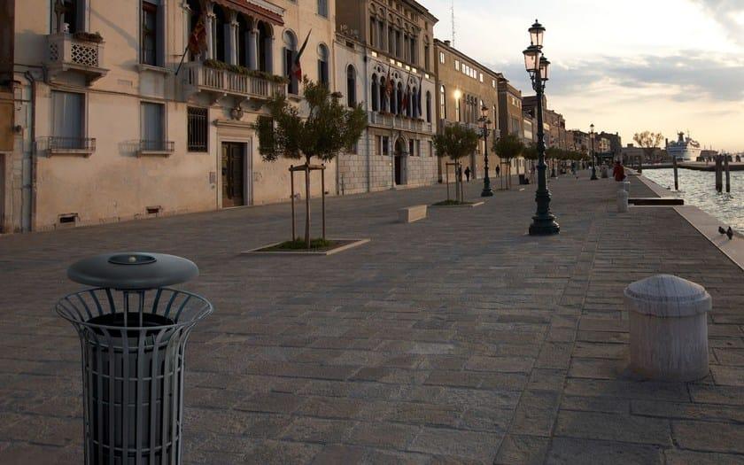 Portarifiuti con coperchio con portacenere corolla for City design arredo urbano