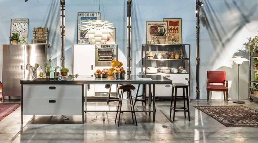 Cucina componibile in acciaio inox in stile Bauhaus con isola con ...