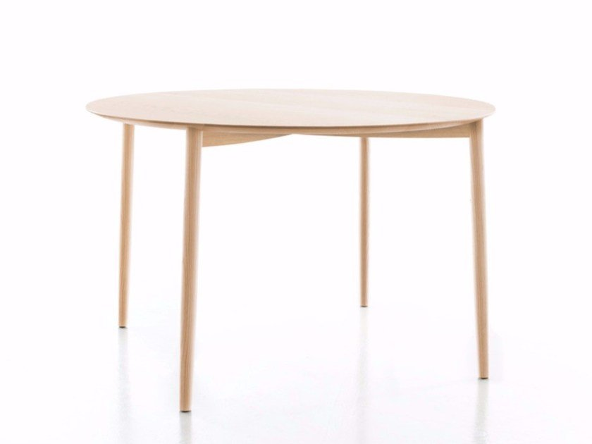 Round wooden dining table MITO | Table - conmoto by Lions at Work