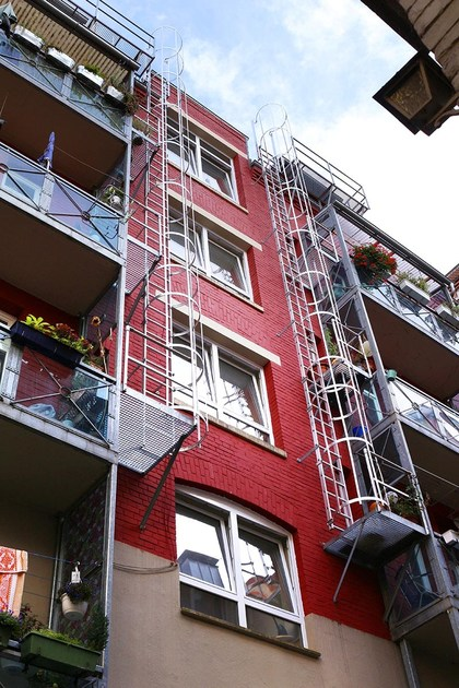 Scala di sicurezza con gabbia di protezione scala di - Altezza parapetti finestre normativa ...