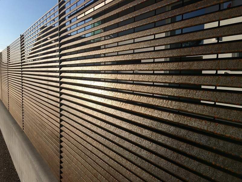 Rivestimento di facciata o recinzione in acciaio corten for Rivestimenti in acciaio e listelli di assi
