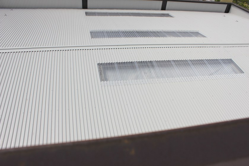 Insulated metal panel for roof TEK 28 PIANO by Alubel
