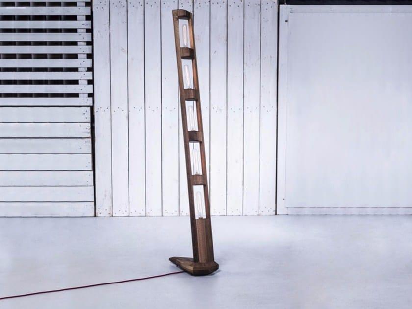 Lampada da terra fatta a mano in legno TOTEM - HOOKL und STOOL