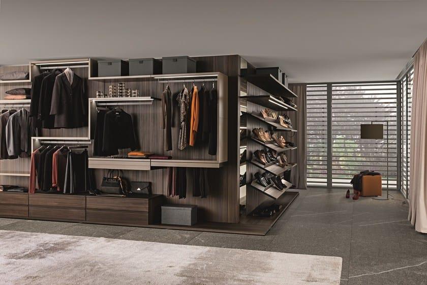 Varius walk-in-closet in tay melamine with 640-mm high Twist shelves in matt beige argilla lacquer.