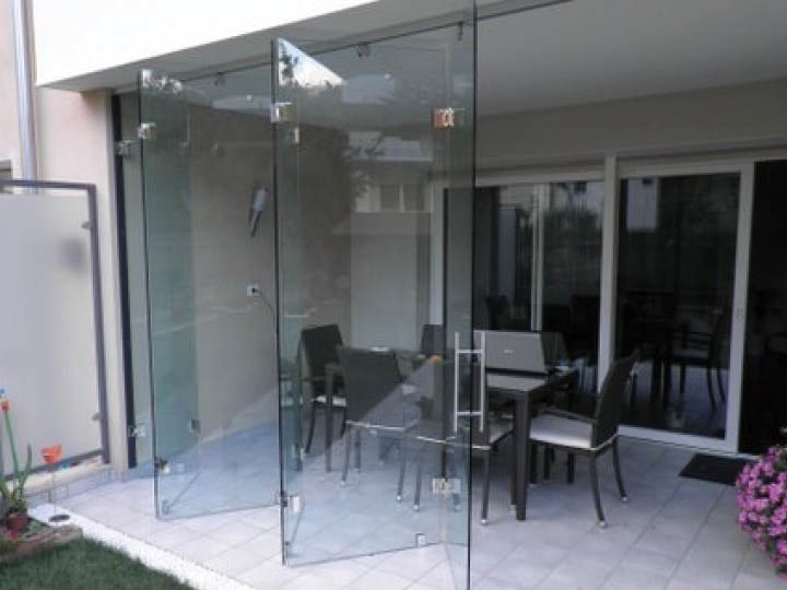 Glass folding door VENTAGLIO | Glass facade by FARAONE