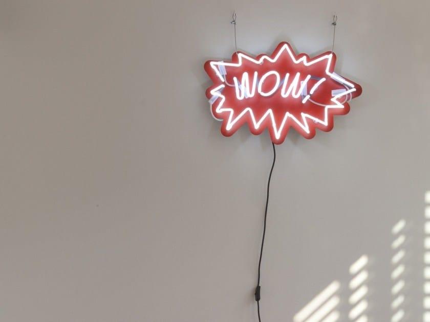 Lettera luminosa da parete al neon WOW - Sygns