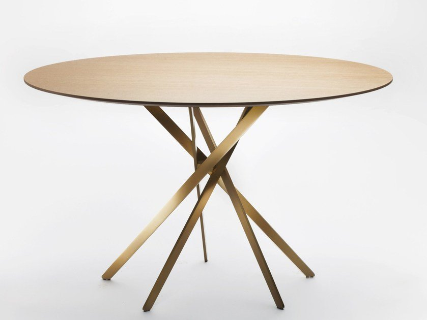 Round wood veneer table IKI | Wood veneer table by Adentro
