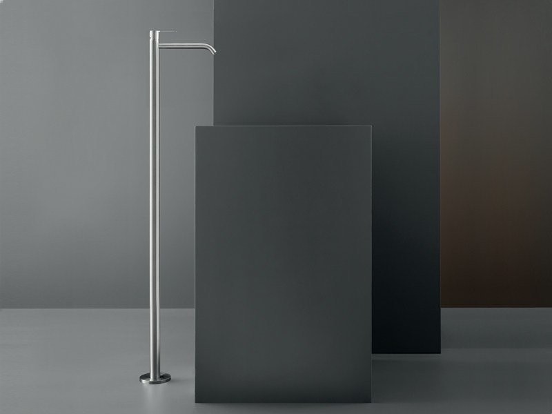 Free-standing mixer for washbasin with swivelling spout INV 08 by Ceadesign