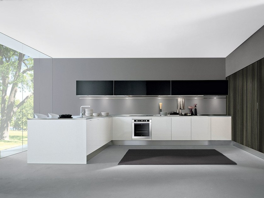 Lacquered fitted kitchen with peninsula AREA | Lacquered kitchen - Oikos Cucine