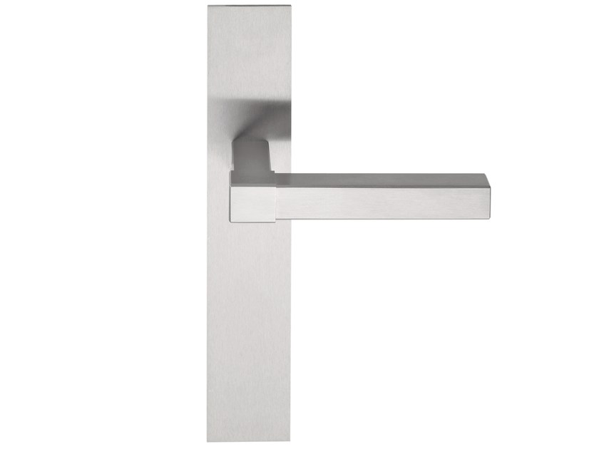 Stainless steel door handle on back plate VOLUME | Door handle on back plate by Formani