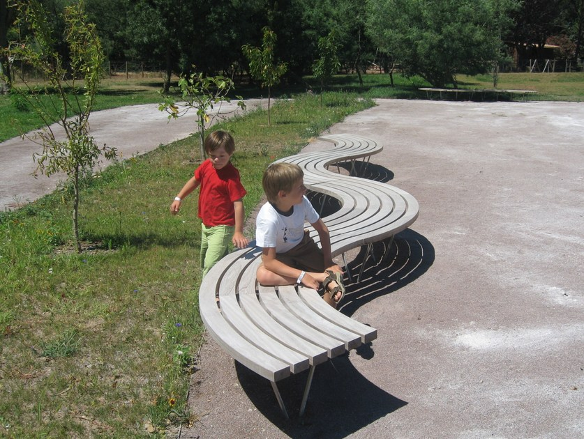 Curved wooden Bench SINU 90° - Factory Street Furniture