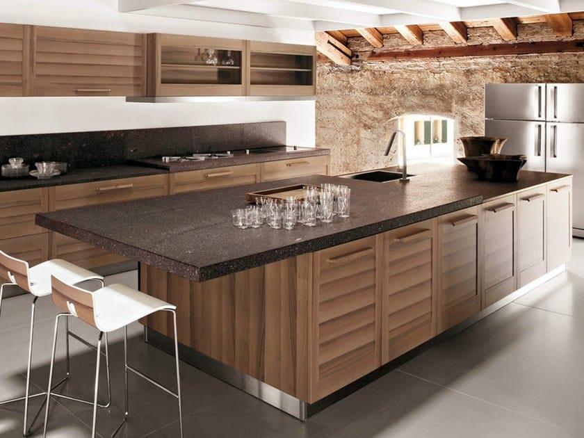 Cucina in legno impiallacciato con isola fiamma gd for Cucine moderne scure