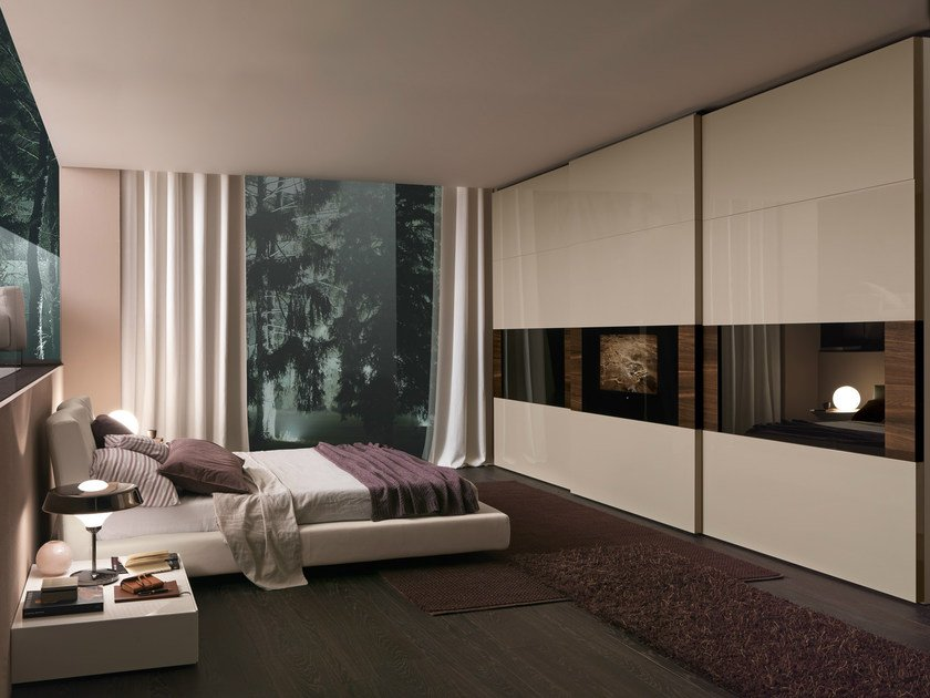 Wardrobe with Dama sliding door and central, projecting Dama_tv integrated door with gloss corda lacquered panels and panels with special reflecting glass specific for the TV
