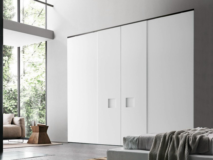 Wardrobe with Alibi coplanar sliding doors in matt bianco candido lacquer with a large square insert in the same finish.