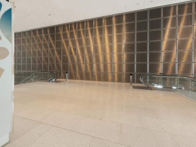 Interesting light reflexion at the wall cladding with architectural mesh MULTI-BARRETT 8123 - QNCC, Qatar