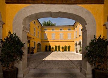Cortile del Palazzo Compostella con 18 posti auto sotterranei