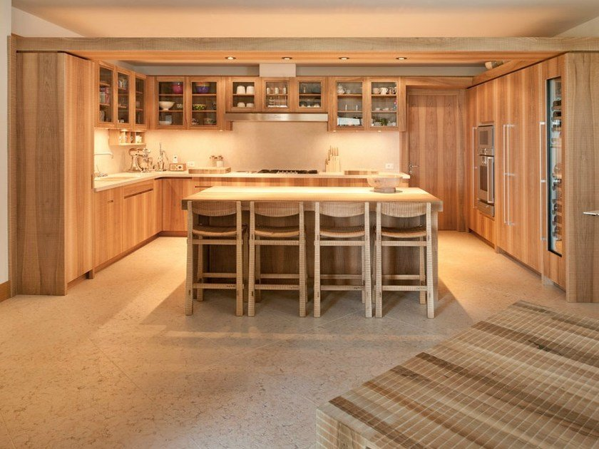 Custom solid wood kitchen with island Kitchen by HABITO