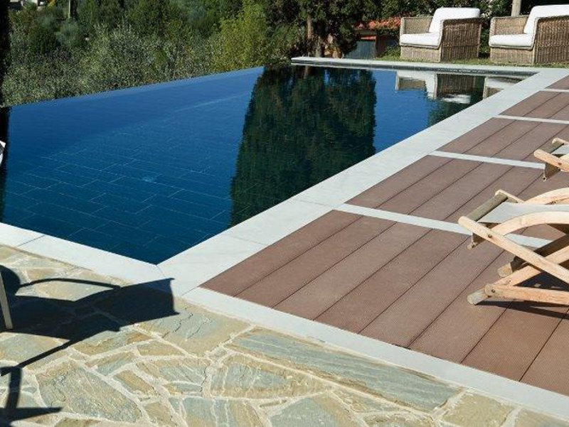 piscina a sfioro interrata in pietra piscina in pietra. Black Bedroom Furniture Sets. Home Design Ideas
