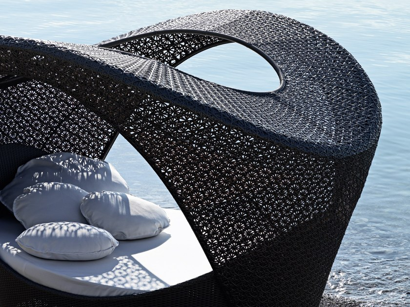 Alcova con rivestimento in fibra sintetica intrecciata for Varaschin arredo giardino