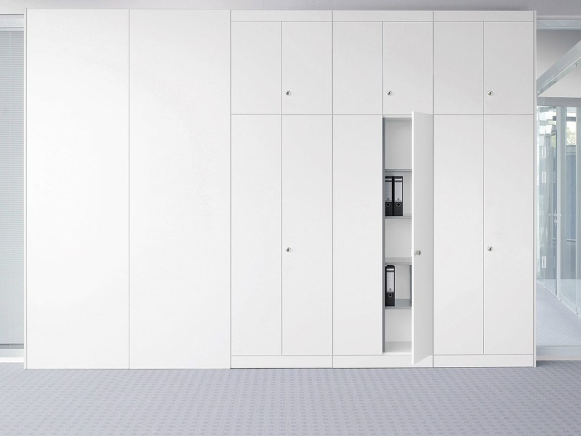 Office storage unit with hinged doors with lock UNIVERSAL PLUS - König + Neurath