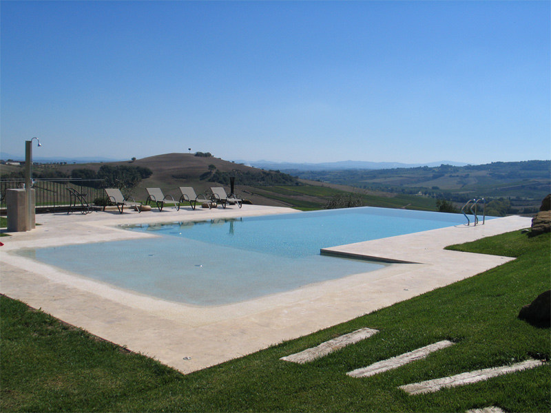 Piscina a sfioro con idromassaggio piscina con for Piani casa sulla spiaggia con portici